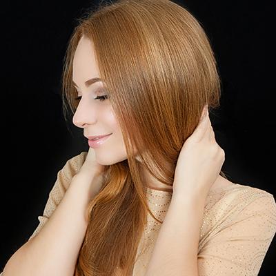 しっとりとした綺麗な髪を持つ女性の画像